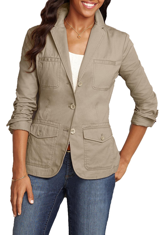 Artikel klicken und genauer betrachten! - Wählen Sie aus den Farben der Saison! Feminin geschnittene Jacke mit schönen Details wie Abnähern und einem Schlitz hinten. Zwei Brusttaschen, zwei knöpfbare Pattentaschen, aufwendig paspelierte Innennähte und eine Rückenpasse runden den Look ab. Der extraweiche Baumwoll-Twill sorgt für ein angenehmes Tragegefühl.   im Online Shop kaufen