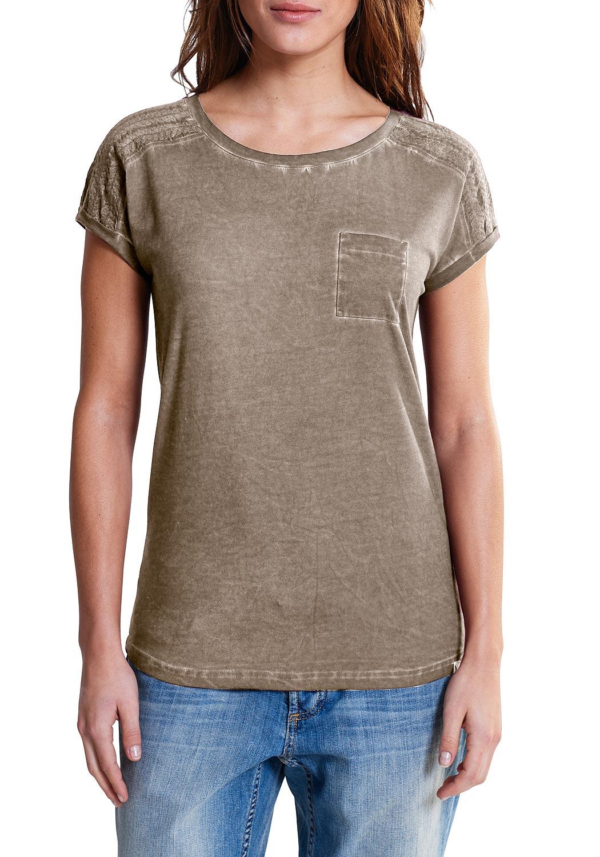 Artikel klicken und genauer betrachten! - Modisches T-Shirt mit aufgesetzter Brusttasche und Stickerei an den Schultern. Durch die besondere Pigment-Färbung entsteht eine besondere Optik für den modernen Used-Look.   im Online Shop kaufen