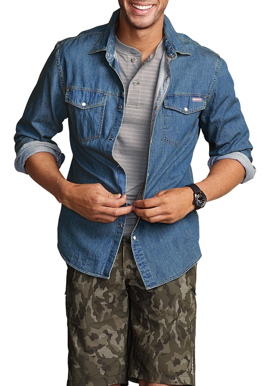 Artikel klicken und genauer betrachten! - Jeanshemd mit zwei aufgesetzten Brusttaschen mit Patten unter der Teilungsnaht am Vorderteil. Mit Druckknöpfen zu schließen. Unter der Rückenpasse sorgen Falten für Bewegungsfreiheit.   im Online Shop kaufen